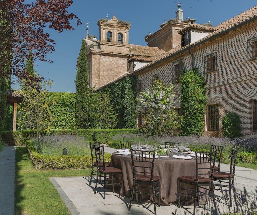 Restaurante con terraza en Boadilla del Monte de la mano de El Antiguo Convento. Llámanos para reservar en nuestros exclusivos jardines.