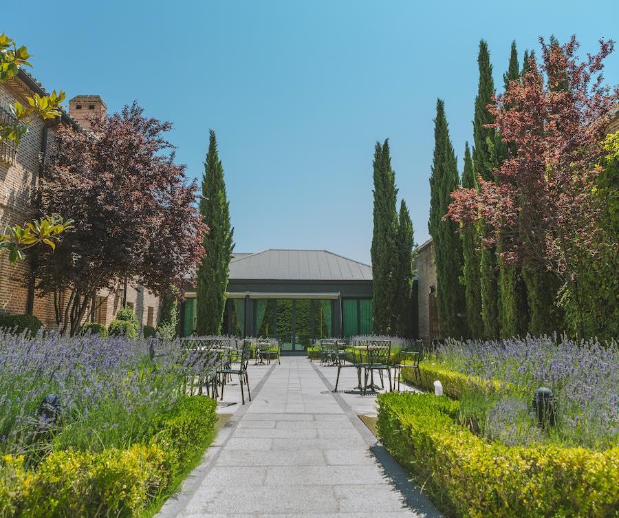 Restaurante con terraza en Boadilla del Monte de la mano de El Antiguo Convento. Disfruta de la mejor gastronomía en nuestros increíbles jardines. Contacta con nosotros para hacer tu reserva.