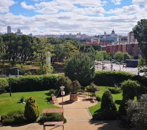 Terraza para afterwork o cena en Madrid en Casa de Burgos, la nueva propuesta de Grupo El Antiguo Convento con vistas al Palacio Real y la Almudena.